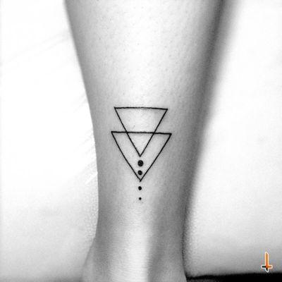 Nº286 #tattoo #tatuaje #littletattoo #ink #inked #triangle #triangletattoo #geometric #geometry #symmetric #bylazlodasilva