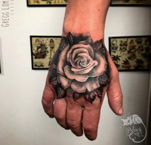 • Hand Rose • #blackcatink #lafincagolf #algorfa #alicante #sorrymomtattoo #sorrymomambassador #costablancatattoo #tattoosnob #tattoo #rosetattoo #realismrose #handtattoo #rose #realism #tattooartist #worldfamoustattooink #inkjectaflitenano #victorportugalink #monsterenergy @tattoosnob @skindeep_uk #skindeep @realism_tattoo
