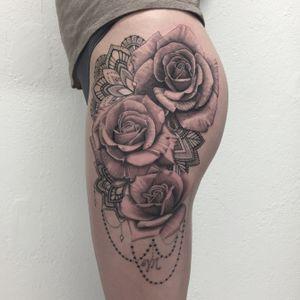 #roses #rosetattoo #mandala #mandalatattoo #dot #dots #dotwork #dotworktattoo #petitspoints #tattoodo #lespetitspointsdefanny #blackandgrey #blackandgreytattoo #blackandwhitetattoo #tattoolausanne