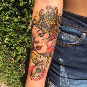 Dia seguinte do cover up da Lua e como sempre desenho original e exclusivo. A Lua é uma garota que adora a praia e sol, por isso escolhi cores bem quentes e um desenho que remetesse à clareza do dia pra combinar com a personalidade viva e linda dela. vamo que vamo tatuar mais neotrad colorido galeraaaa ✨✨🔥🔥 #tattoo #inked #neotrad #neotraditional #neotraditionaltattoo #stabmegod #rjtattoo #darkartists #girl #girltattoo