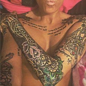 #tattoo #halfsleevetattoo #flowertattoo #hennata #chesttattoo #flamingotattoo #blackandgreytattoo