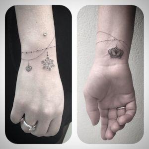 #bracelet #bracelettattoo #bijoux #jewelry #jewelrytattoo #bijouxtattoo #heart #hearttattoo #coeur #coeurtattoo #flocon #flocontattoo #snowflake #snowflaketattoo #crown #crowntattoo #dot #dottattoo #dotwork #dotworktattoo #blackandwhite #blackandwhitetattoo #blackandgreytattoo #tattoodo #petitspoints #lespetitspointsdefanny #tattoolausanne #girltattoo