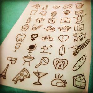 """Hoje em dia os """"flash days"""" estão bombando no mundo da tattoo. Mas vc sabe o que é flash art? Sabe aqueles desenhos clássicos que normalmente vemos em quadrinhos nos estúdios de tatuagens e em fichários, essa arte é chamada de flash art, e era usada para ajudarclientes que estavam em busca de idéias para fazer uma tatuagem. Foi projetado também,  para pessoas que estão de passagens e querem algo rápido.  No geral são artes autorais dos tatuadores do estudio , nos mais variados estilos, mas geralmente com grande enfase no estilo old school. Artista: @marygralato Flashes disponíveis pra tatuar. Agende seu horario. #dascatattooshop #galeriagralato #flash #flashtattoo #tattoo #tatuagem"""