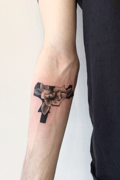 #tattooartist #russian #russia #flower #flowers #flowertattoo #gun #guntattoo