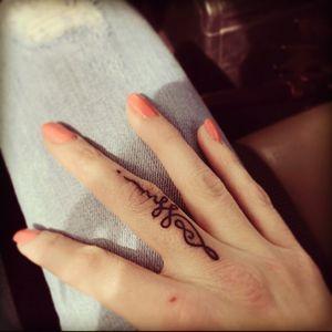 #unalometattoo #fingertattoos #spiritualtattoo #beautifultattoos #ink #inkedlife #enlightenment #removenegativeenergy #tattoo #littletattoos