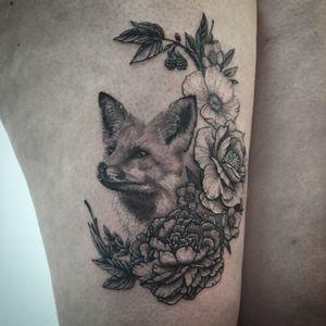 #fox #foxtattoo #flowers #flowerstattoo #realism #realistictattoo #lespetitspointsdefanny