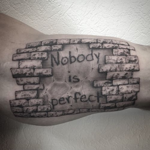 #walltattoo #welove #tattoodo #nobodyisperfect #nobodyisperfecttattoo #stone #stonetattoo #stonewalltattoo #armtattoo #mentattoo #stippletattoo #blackandgreytattoo #tattoolausanne #lespetitspointsdefanny #blackandwhite #blackandwhitetattoo