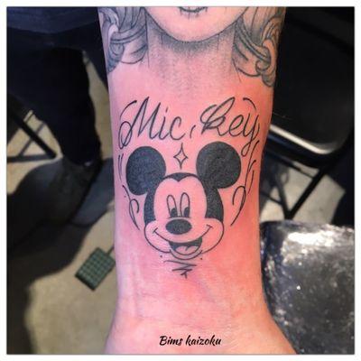 #bims #bimstattoo #bimskaizoku #mickey #mickeymouse #disney #disneyworld #disneytattoo #paris #paristattoo #paname #tatouage #tatouages #tattoo #tattoos #tattoogirl #tattooing #tattogirl #tattooist #tattooed #tattooer #tattoostyle #coeur #heart #letter #letters #tattoolove #tattoolife #tattooart