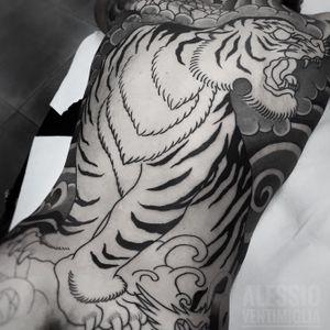 @delight_tattoo_needles #tiger #ryu #delightneedles #irezumism #picoftheday #reclaimthedots #irezumistudy #video #videooftheday #japan #japantattoo #dragon #babes #inkedbabes #awesome #best #backpack #backpiece #tora #tattoo #tattoolife #traditional #irezumism #ink #reclaimthedots #tattoodo #art #wabori
