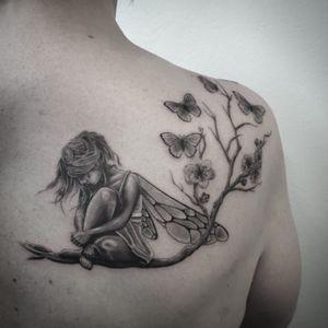 #tattoo #tatouage #fee #feettattoo #fairy #fairytattoo #butterflies #butterfliestattoo #papillons #papillonstattoo #cherryblossom #cherryblossomtattoo #girltattoo #backtattoo #tattoodo #blackandwhitetattoo #blackandgreytattoo #blackandgrey #blackandwhitetattoo #realism #realistictattoo #tattoolausanne