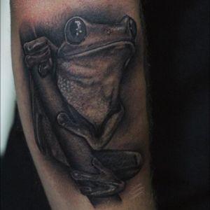"""""""Burp"""" the tree frog for Jamie from a couple weeks back! #lewishazlewood #lewishazlewoodtattoo #staganddaggertattoo #somerset #uk #blackandgrey #blackandgreytattoo #blackandgray #blackandgraytattoo #bng #bngtattoo #realistic #realistictattoo #realism #realismtattoo #blackandgreyrealism #treefrog #treefrogtattoo #realistictreefrog #frog #frogtattoo #realisticfrog"""