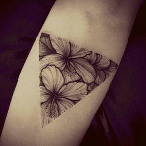 #roses #SunburnTattoo #tatttoo #TattooGirl #hiptattoos #tattooartist #tattooart #handtattoo