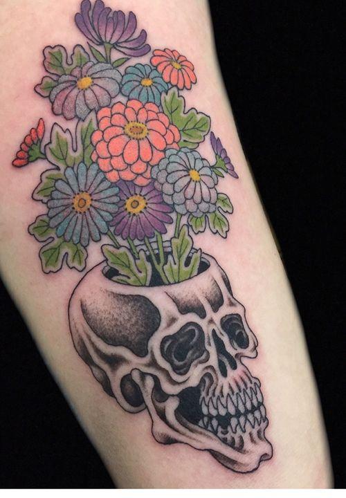 Chrysanthemum skull vase #kaptenhannatattoos #japanesetattoo #darkagetattooseattle #skulltattoo #chrysanthemumtattoo #irezumi #skull #chrysanthemum #kiku