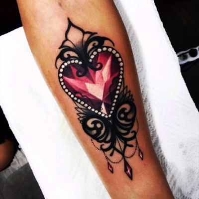 #OlieSiiz is changing the way i see #neotraditional 😍#hearttattoo #jewel #ornate #details