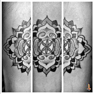 Una vez más tengo el honor y la fortuna de colaborar con una de las personas más importantes de mi vida... no sólo compartimos aventuras y momentos especiales en la vida, si no también el mismo camino profesional. Maze, mi amor, mi prometida hermosa... gracias por darme la oportunidad de marcar en la piel tu arte. Oseas Diaz GRACIAS POR LA CONFIANZA, cuídalo y disfrutalo mucho. Nº217 Spiritual Transition #tattoo #ink #mandala #spiritual #art #spiritualart #mazeberod #sacred #mandalatattoo #transition #magic #collab #tattoocollab #collaboration #artists #bylazlodasilva Designed, created and meditated by @mazeberod
