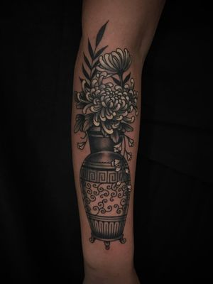 #flowers #floraltattoo #traditionaltattoo #blackandgrey #ochoplacastattoo #miami #javierbetancourt