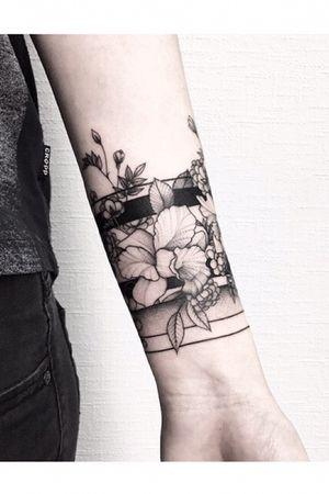 #armbandtattoo #flowertattoo