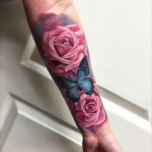 🌹🌹Lavede disse farve roser igår. 😍🌹🌹Jeg vil rigtig gerne lave mere af den her slags, så i må gerne tagge nogle tattoo glade piger som ville ku' lide noget i samme stil! 🙂  Farve projekter i den her stil vil stå til en skarp pris, så send en PB så vi kan finde det perfekte design til dig🙂🌹#tatto #rose #rosetattoo #watercolor
