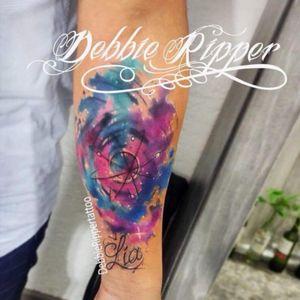 La mitad de este tatuaje ya está sana al 100% ya que es una segunda sesión :) espacio para Lia para que jamás olvide que es el universo entero de papá, un tatuaje con un significado hermoso, gracias por la confianza y felicidades por iniciar en el mundo de papá ^.^ 💕🦄🌸🌟 Soy Debbie Ripper Tatuadora Mexicana. Si ustedes buscan con quien tatuarse en CDMX, recuerden que estoy ubicada en DF zona sur a 5 minutos de HUIPULCO, cotizaciones manden inbox con gusto los atiendo, AGENDA ABIERTA NOVIEMBRE Y DICIEMBRE <3 👊✨ #debbie #debbierippertattoo #debbieripper #debbierippertatuadora #tattoo #tattooed #tatted #ink #tatuaggioor #tatuaggio #watercolour #watercolortattoo #inkedmag #worldfamousink #tattoodo #ink #watercolor #watercolour #colortattoo #tatuajes #colorfulltattoo #colorfull #tattoo #lovetattoo #space #spacetattoo #lia