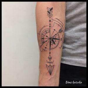 #bims #bimstattoo #bimskaizoku #paris #paname #paristattoo #parisien #parisian #tatou #tatouée #tatouage #tatouages #tatouageparis #fleche #flechette #arrow #rosedesvents #montre #oclock #gousset #graphicdesign #graphicart #cercle #tattrx #tattoo #tatted #tattoos #tattooer #tattoolove