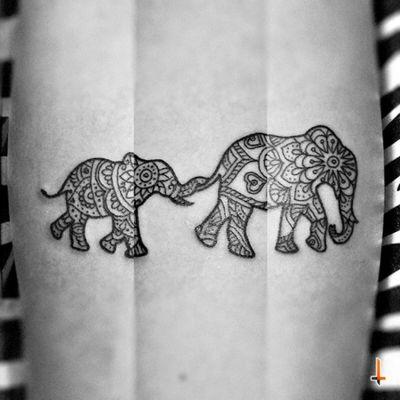 Nº319 #tattoo #tatuaje #ink #inked #elephant #elephants #elephanttattoo #pachyderm #motheranddaughter #family #pattern #motif #tribal #mandala #bylazlodasilva