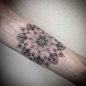 #mandala #mandalatattoo #mandaladotwork #dotworktattoo #dotwork #dot #dottattoo #tattoo #tattoodo #tatouage #armtattoo #forearmtattoo #petitspoints #blackandwhitetattoo #tattoolausanne #lespetitspointsdefanny #blackandgreytattoo #girltattoo
