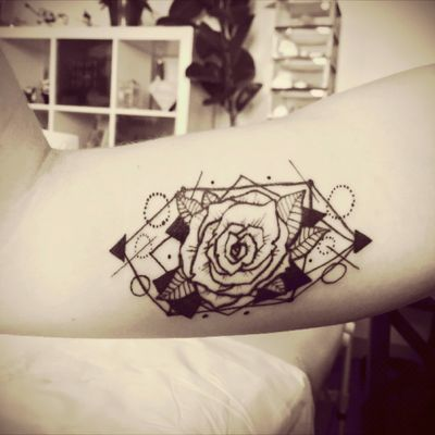 #geometric #geomtry #geomtrictattoo #rosetattoo #rose #dots #circles #shapes #shape #circle #triangle #triangles #Line #lines #morydesign