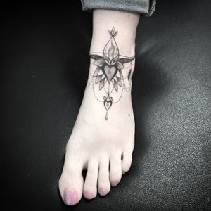#ankletattoo #bracelet #braceletmandala #bracelettattoo #anklemandala #anklebracelet #dotwork #dotworktattoo #petitspoints #lespetitspointsdefanny #tattoodo #tattoolausanne #blackandwhitetattoo #girltattoo