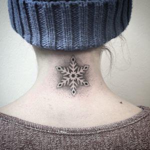 #tattoo #snowflake #snowflaketattoo #dotwork #dotworktattoo #lespetitspointsdefanny
