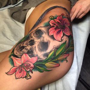 Hip tattoo #deadlytattoos #goodguysupply #mithramfg #inkjecta #skullandflowers #skulltattoo #girltattoos