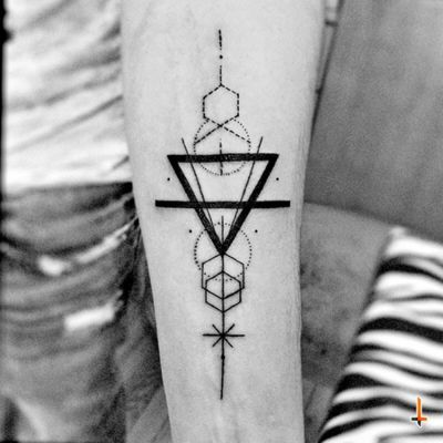 Nº376 #tattoo #tattooed #ink #inked #geometric #geometry #geometrical #geometrictattoo #symmetry #symmetric #hexagon #triangle #lines #dots #bylazlodasilva Based on another artist design