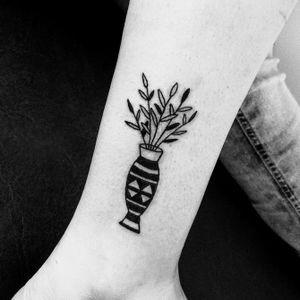#floraltattoo #tattoos #tattooapprentice #blacklines #ignorantstyletattoo #blackwork #plants #botanical