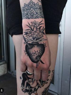 Sacred Heart with lilies by Javier Betancourt #traditionaltattoo #blackandgrey #ochoplacastattoo #miami #javierbetancourt #woman #virgin #sacredheart #religious
