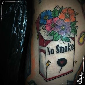 No Smoke • #tattoo #tatuagem #tatuagemfeminina #nosmoke #flowers #flowertattoo #flor #flortattoo #floraltattoo #cigarretes #cigarro #marlboro #smokenomore