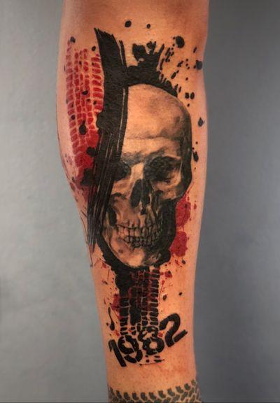 Mais uma caveira em Trash polka. Sou só eu que tenho dificuldades em tirar uma foto legal de tattoos na perna ??? 🤔 Para orçamentos Av. Rebouças, 2445. Pinheiros ou também pelo WhatsApp (11) 94160-6145 Tatuagens menores também são feitas com a mesma dedicação dos trabalhos maiores ! Já viu meus histories fixados ? Lá tem alguns trabalhos que estão disponíveis para tatuar, quem sabe você não se identifica ?  #trashpolka #trashart #trash #skull #lettering #troller #landrover #realistictattoo #skulltattoo #abstracttattoo #abstract #amazing #caveiratattoo #gellystattoo #felipeeric #inspirationtattoo #thebesttattooartists #inked