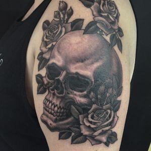 Black and gray #skull #roses