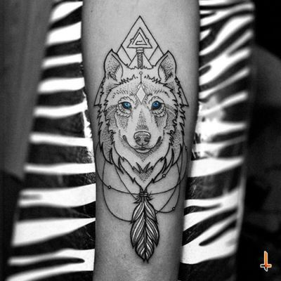 Nº309 #tattoo #tatuaje #ink #inked #wolf #wolftattoo #arrow #arrowtattoo #orbit #solarsystem #friendship #inmemoryof #geometry #geometric #symmetry #symmetric #triangle #feather #blueeyes #bylazlodasilva Wolf designed by other artist