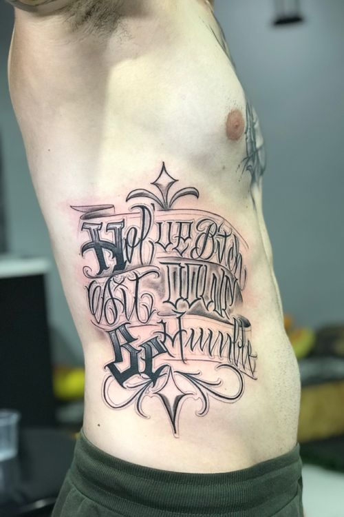 #letteringtattoo #criminallettering #caligrafiamalditacrew #Letterworld #caligraphy #lettergangstar #musictattoo #Rapmusic #KendrickLamar #sunskintattoomachine #mickysharpz #Intenzetattooink #fkirons #h2ocean #tattooartist #Willferreiratat2 #riodejaneiro #teey