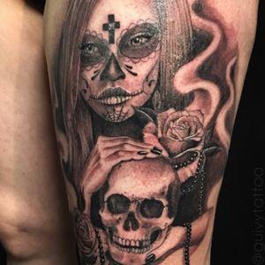 Guivy Hellcat - GENEVA 🇨🇭 #guivy #artforsinners #geneva #switzerland #santamuerte #catrina #dayofthedead #skull #rose #rosary #hands #santamuerte #skull #hand #hands #girl #woman #thightattoo #rose #flower