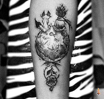 Nº558 #tattoo #tattooed #ink #inked #lepetitprince #lepetitprincetattoo #blackwork #blacktattoo #rose #rosetattoo #fox #foxtattoo #sketchy #sketchytattoo #tattoostuff #cheyennetattoo #cheyennetattooequipment #soulflower #soulflowercartridges #hawkpen #dynamicink #dynamiccolor #bylazlodasilva Based on another artist design