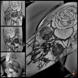 Nº77 Roses-crowned skull #tattoo #floralcrown #roses #skull #cheyennetattooequipment #hawkpen #bylazlodasilva