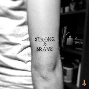 Nº218 Strong & Brave #tattoo #littletattoo #oldschooltattoo #ink #strong #brave #woman #power #empowerment #bylazlodasilva