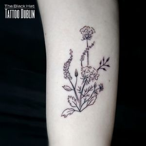 Blackwork use a wide range of variants and possibilities. It doesn't have to be solid black only and delicate designs are mostly requested by our feminine customers. . Get yours! . #tattoodublin #dublin #flowers #flowerstattoo #blackworktattoo #tattooartist #dublintattoo #bestofdublin
