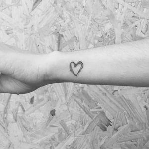 Coração! #fineline #finelinetattoo #fineartist #FineLineTattoos #finelined #fineart #traçofino #tattoodetraçofino