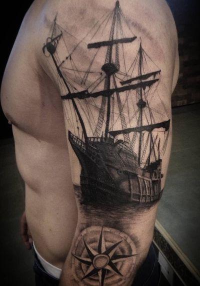 #tattoo #blackngrey #blackandgrey #blackandgreytattoo #shadow #blacktattoo #ship #shiptattoo #caravela #caravel #caraveltattoo #pirateship #pretoecinza #pretoesombra #guarapuava #parana #brasil #rosadosventos #bussola #myfirsttattoo #firsttattoo #top @cr9stotattoo