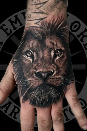 #lion #liontattoo #blackandgreytattoo #blackandgrey #handtattoo #hand