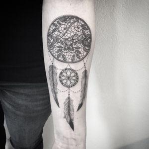 #dreamcatcher #lacedreamcatcher #tattoo #tatouage #dreamcatchertattoo #dentelle #lacework #lacetattoo #tattoodo #leo #lettering #blackandgreytattoo #blackandwhitetattoo #plume #feather #feathertattoo #tattoolausanne #lespetitspointsdefanny