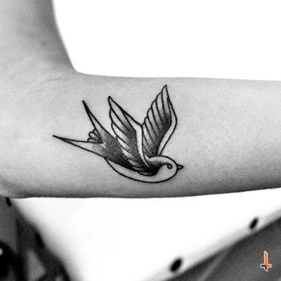 Nº388 #tattoo #tattooed #ink #inked #oldschool #oldschooltattoo #swallow #swalowtattoo #bird #birdtattoo #blackwork #blacktattoo #fly #freedom #bylazlodasilva