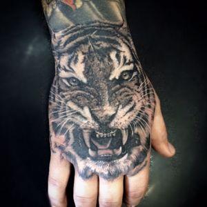 Hand tattoo #handtattoo #tiger #tigertattoo #bngtattoo #familiamoraestattoo