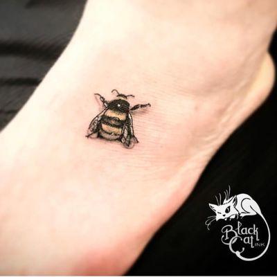 • LifeSize Bumble Bee • 🐝 #blackcatink #lafincagolf #algorfa #alicante #costablancatattoo #walkinwednesday #realism #bee #bumblebee #bumblebeetattoo #foottattoo #tinytattoo #realistictattoo #worldfamoustattooink #sorrymomtattoo #sorrymomambassador